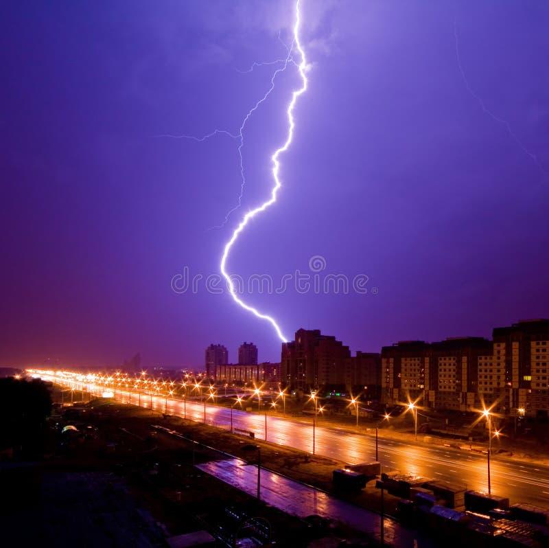 在夜城市上的惊人的闪电视图 库存图片