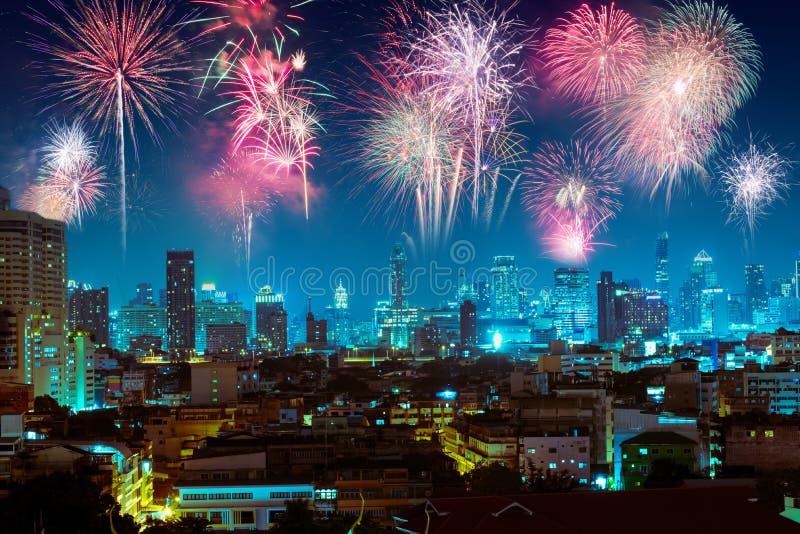 在夜城市的烟花新年好庆祝的 免版税库存图片