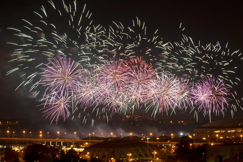 在夜城市莫斯科的庆祝的烟花 免版税库存照片