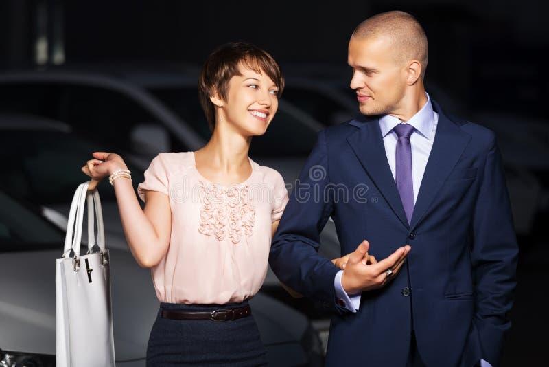 在夜城市街道上的愉快的年轻夫妇 免版税库存图片