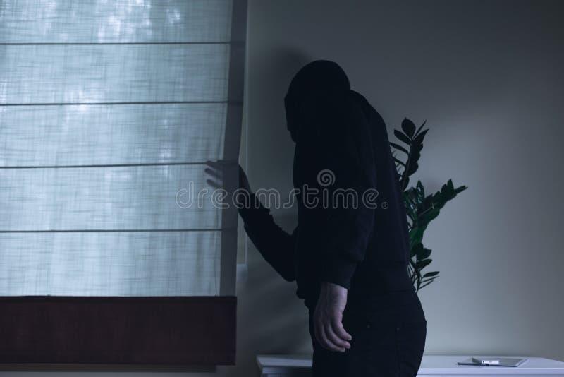 在夜家庭侵害期间的侵入家宅者 免版税库存照片