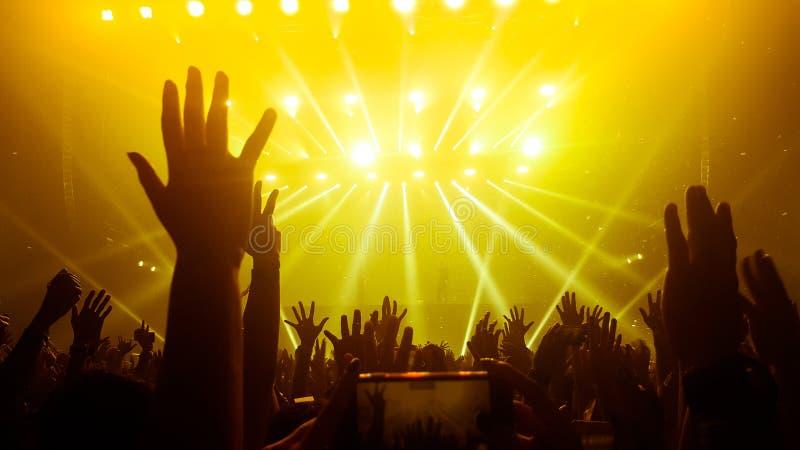 在夜总会党音乐会的愉快的人舞蹈 免版税图库摄影