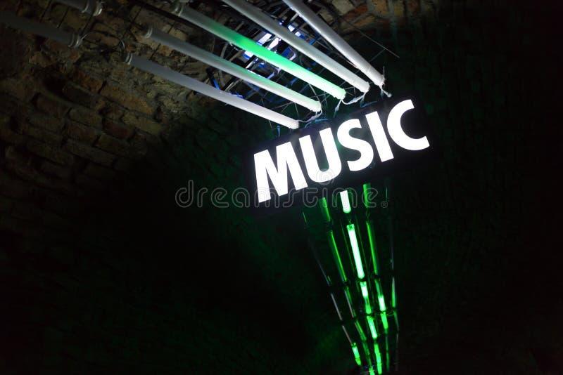 在夜总会的明亮的光与音乐签字 图库摄影