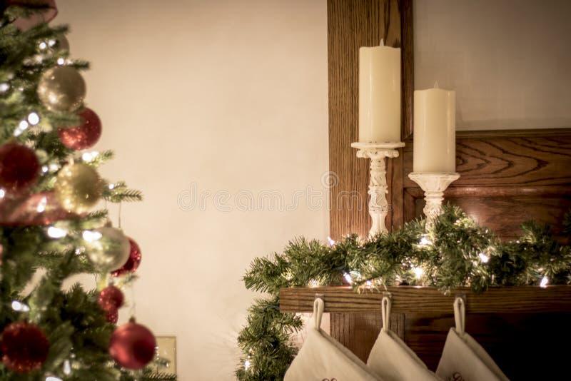 在夜明亮和愉快的光的圣诞节装饰品与丝带和闪烁 图库摄影