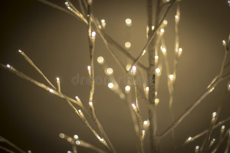 在夜明亮和愉快的光的圣诞节装饰品与丝带和闪烁 免版税库存图片