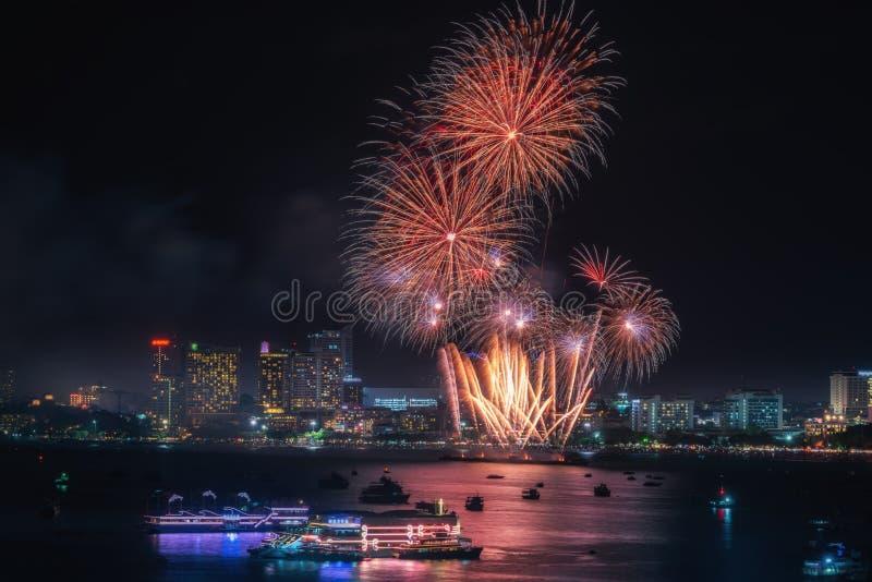 在夜景的烟花国际五颜六色的芭达亚海滩都市风景为给移动的事件假日做广告 芭达亚市 免版税图库摄影