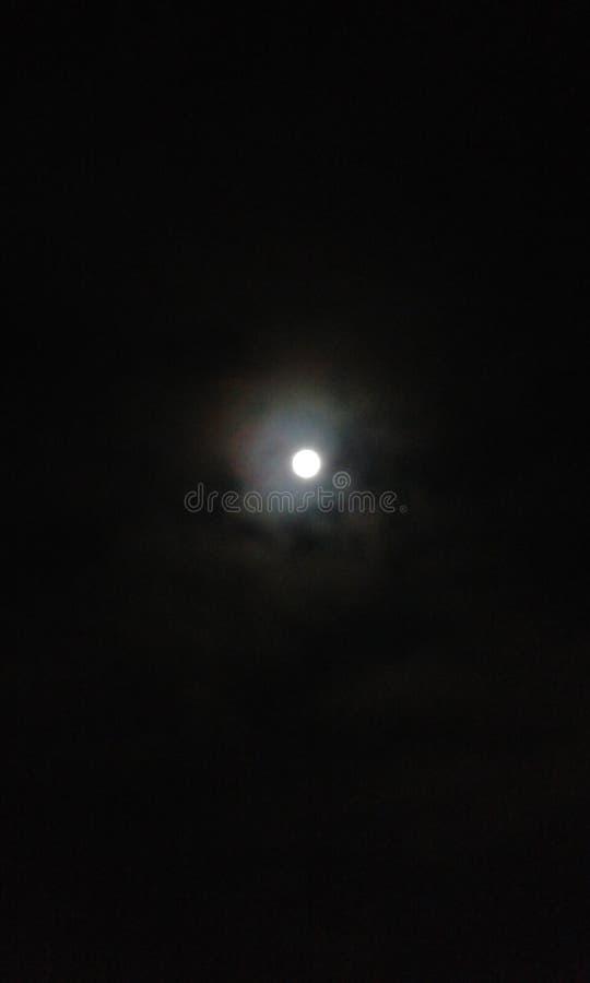 在夜月亮的地狱天空 免版税库存图片