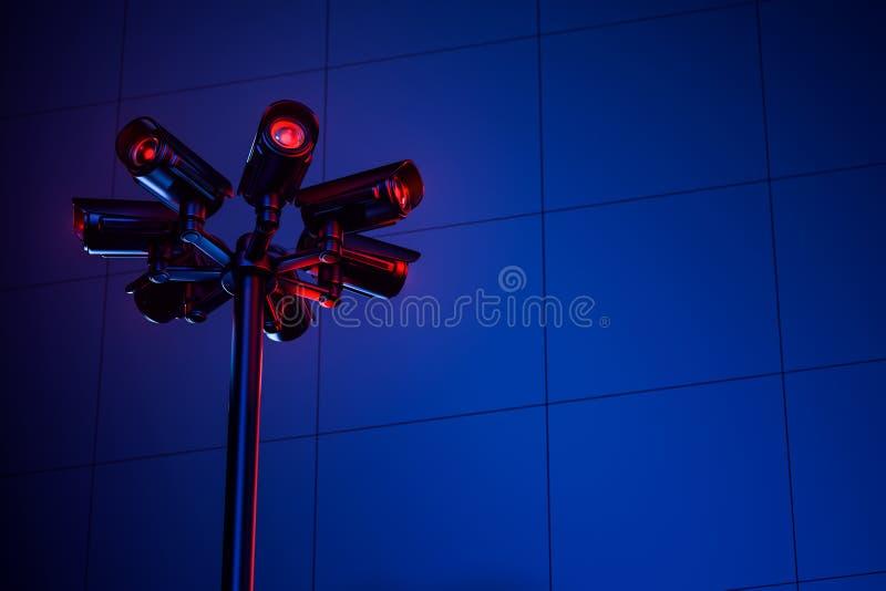 在夜期间,与几台照相机的Cctv定向塔在蓝色墙壁上 E 安全和监测概念 3d?? 向量例证