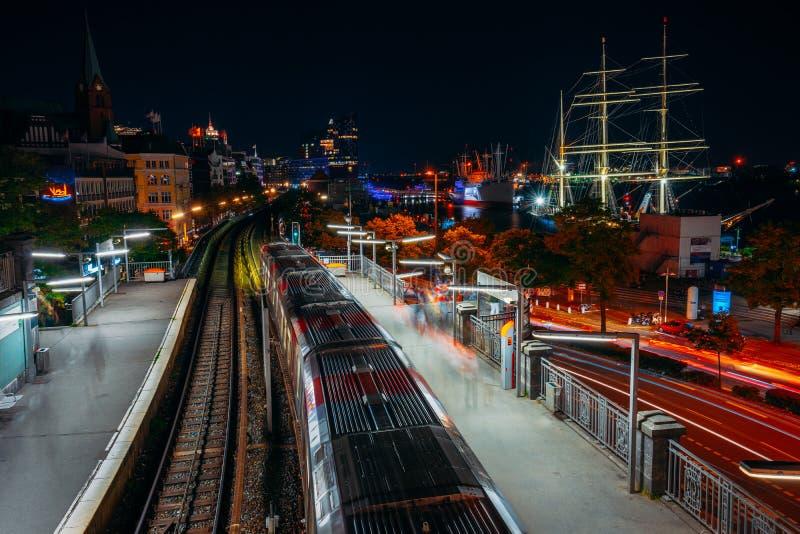在夜期间,Landungsbruecken在汉堡 港口和地铁车站,德国全景  光落后长的曝光 库存照片