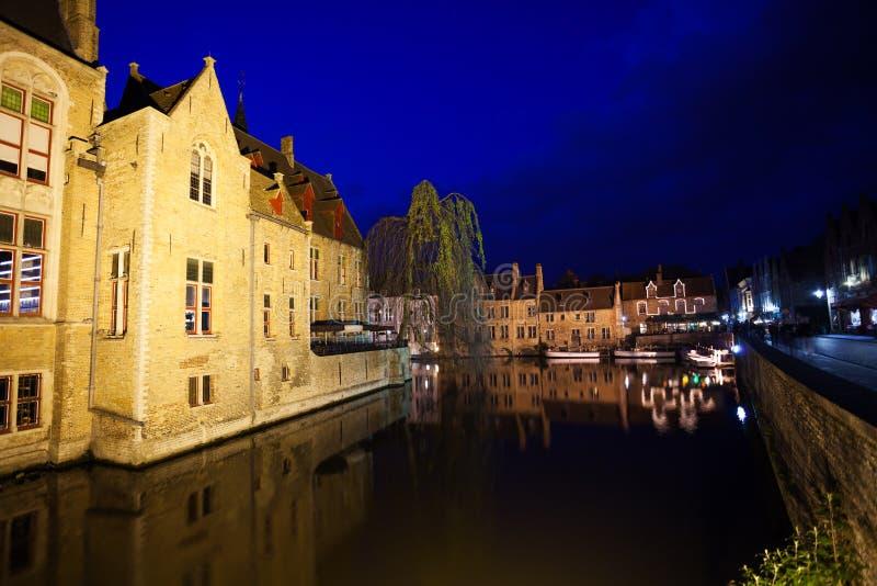 在夜期间,布鲁日美好的都市风景  库存图片