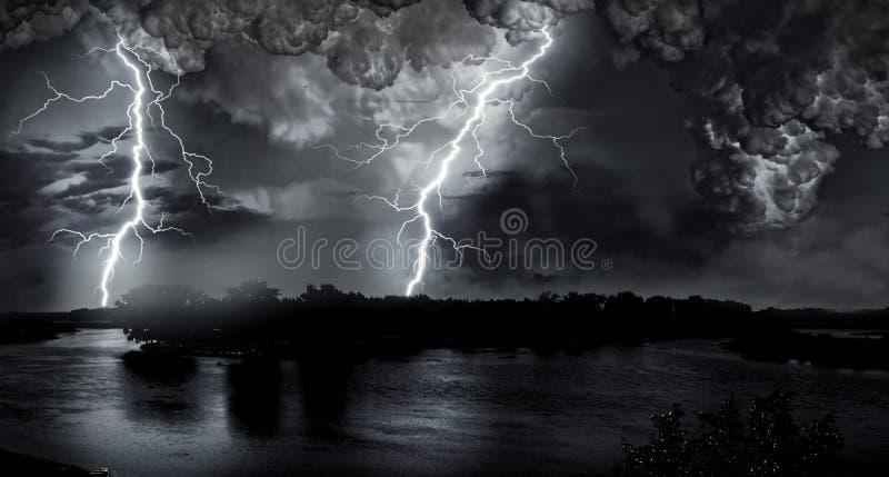 在夜湖的雷暴 免版税库存照片