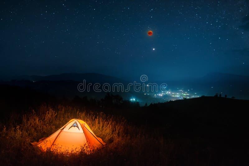 在夜满天星斗的天空的全面月亮蚀 免版税库存照片