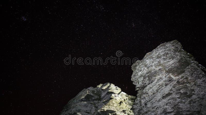 在夜空前面的岩石 库存照片