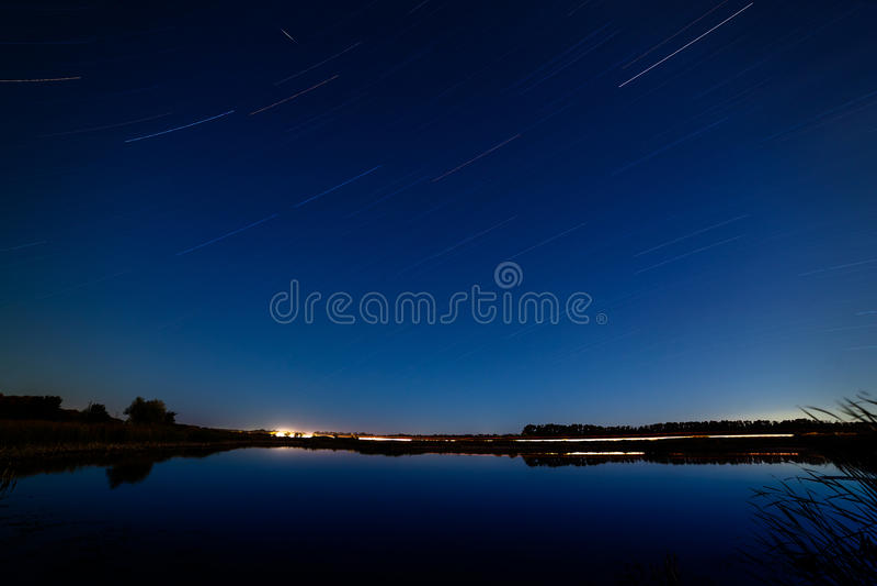 在夜空的星在河反射了 光fr 免版税库存图片