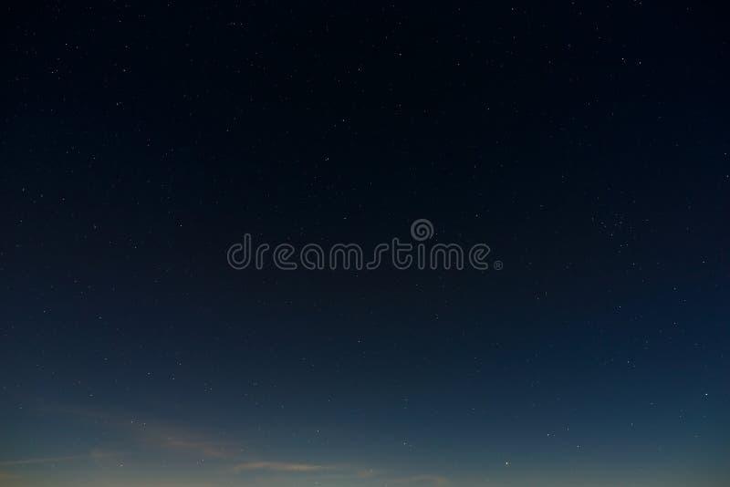 在夜空的星形 与满月的外层空间背景拍摄了 库存图片