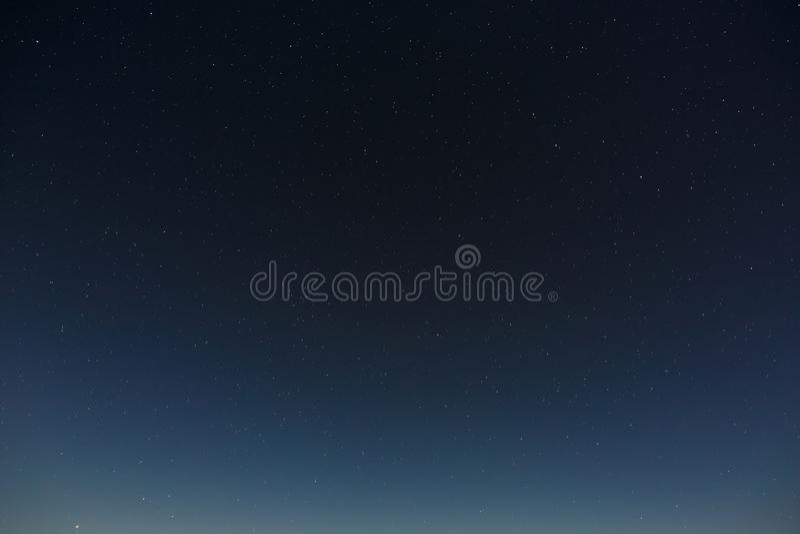 在夜空的星形 与满月的外层空间背景拍摄了 免版税库存图片