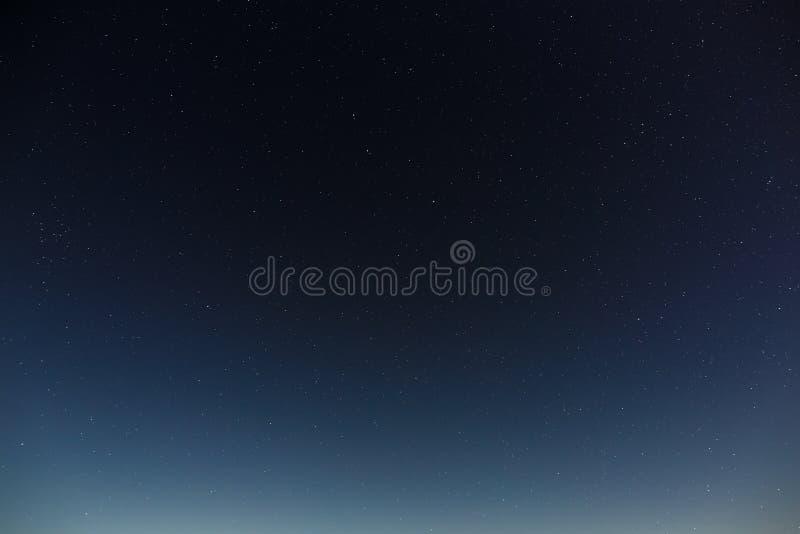 在夜空的星形 与满月的外层空间背景拍摄了 库存照片
