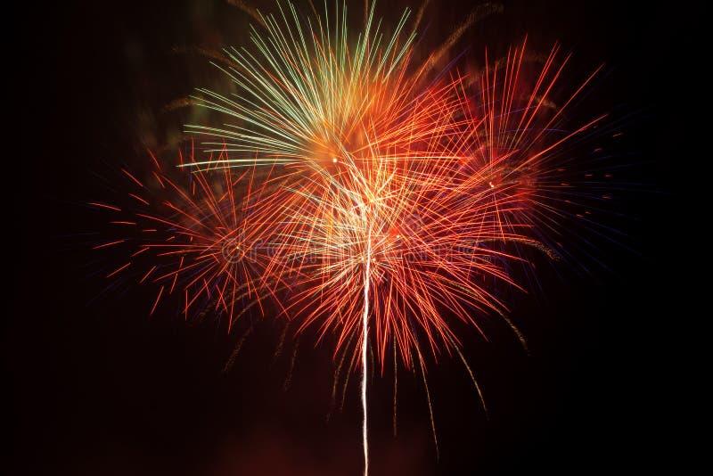 Download 在夜空的烟花 库存图片. 图片 包括有 烟火制造术, 红色, 节日, 烟花, 欢乐, 易爆, 庆祝, 黑暗 - 30325139