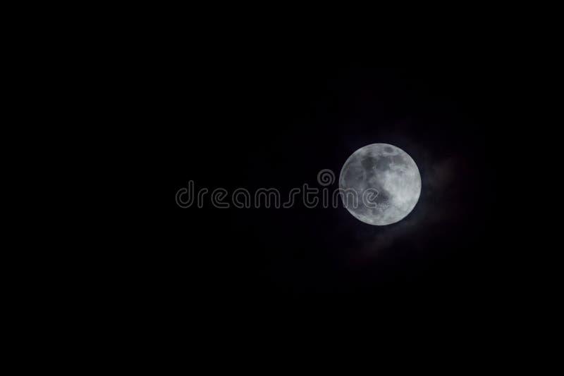 在夜空的神秘的满月与云彩 库存图片