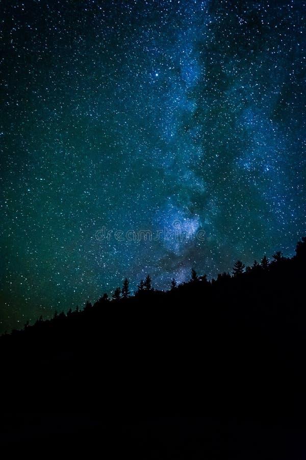 在夜空的银河在阿卡迪亚Natio的沙子海滩 免版税库存照片