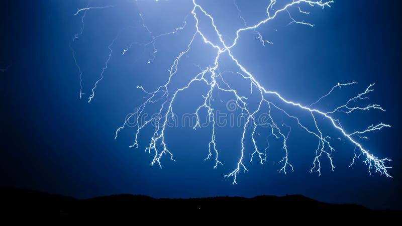 在夜空的闪电 免版税库存图片