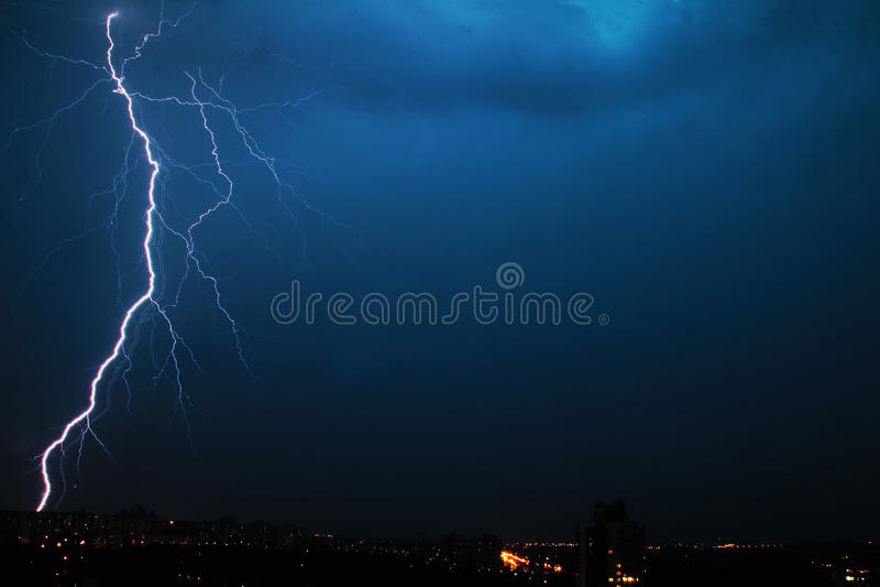 在夜米斯克市的巨大的闪电在白俄罗斯 免版税图库摄影