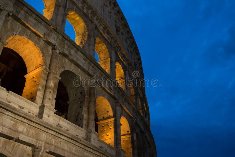 在夜背景的罗马斗兽场 库存照片