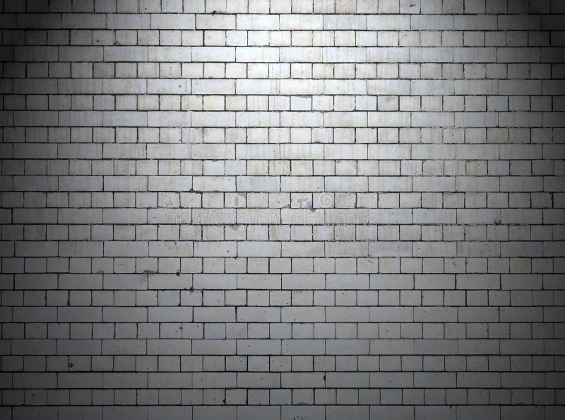 在夜背景的都市白色墙壁 免版税库存照片