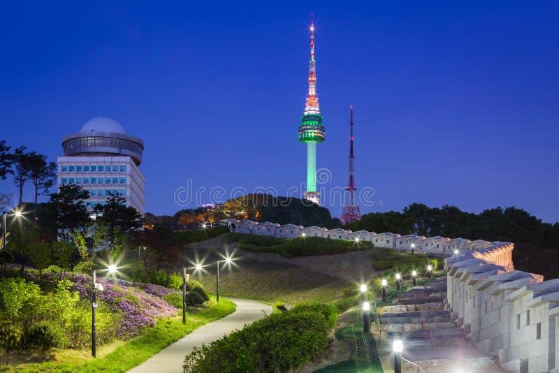 在夜视图的汉城塔和有光的,韩国老墙壁 免版税库存照片