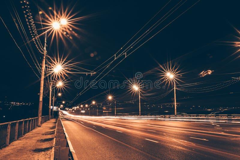 在夜都市路的红绿灯足迹 图库摄影
