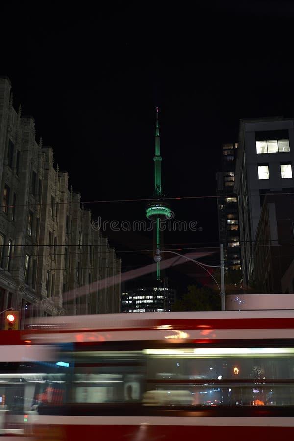在夜长的曝光的电车轨道 图库摄影