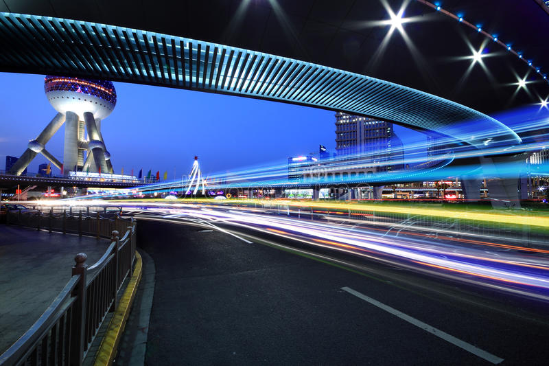 在夜间彩虹光的城市高速公路通信工具落后 免版税库存图片