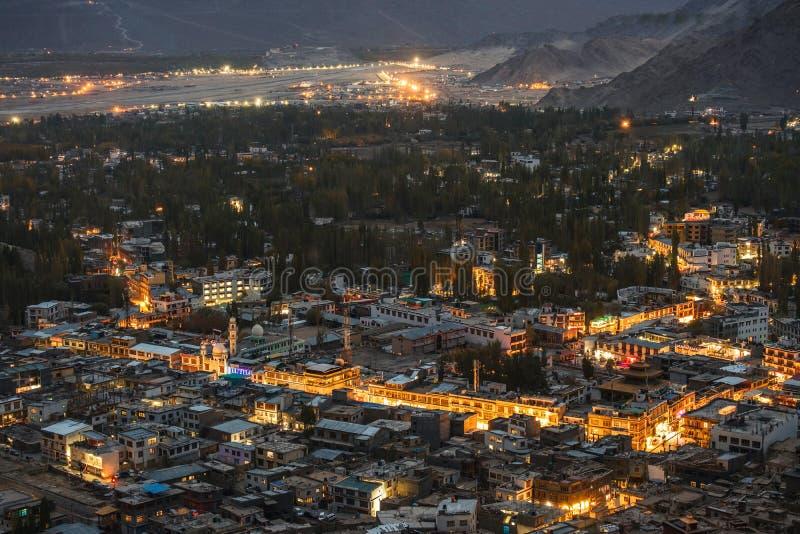 在夜间的美好的城市风景莱赫拉达克区,印度的酷寒北风零件 库存图片