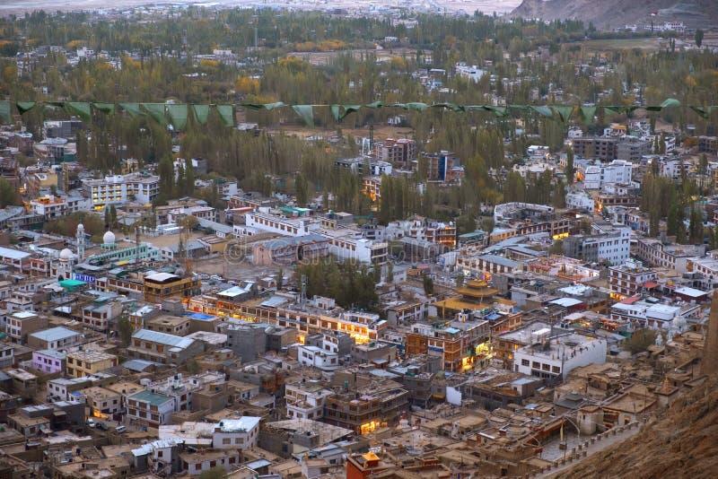 在夜间的美好的城市风景莱赫拉达克区,印度的酷寒北风零件 免版税库存照片