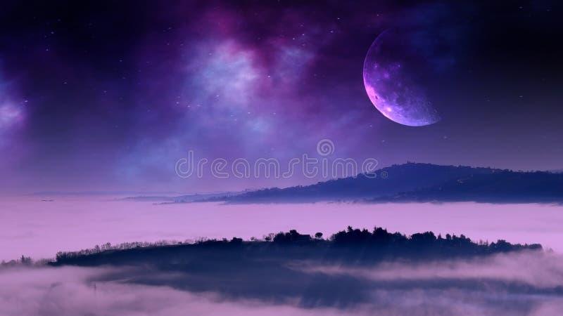 在夜风景的紫色雾 免版税库存照片