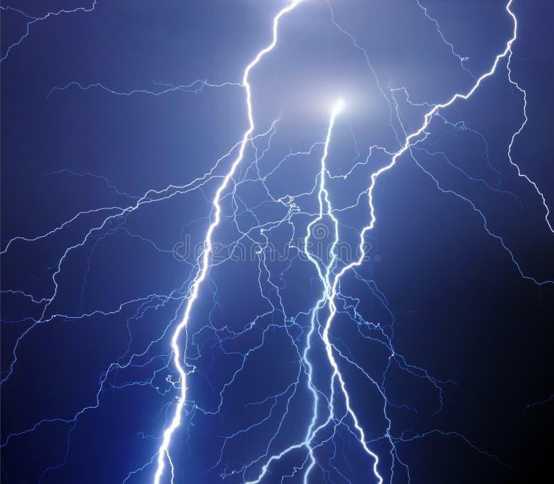在夜风暴期间的叉状闪电 免版税库存照片