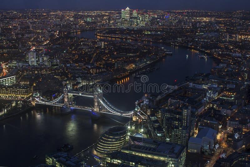 在夜鸟瞰图的伦敦桥梁 免版税库存图片
