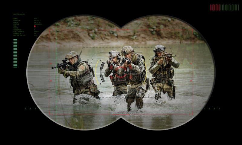 在夜间作战人质抢救期间的别动队员队 通过看法 免版税库存照片