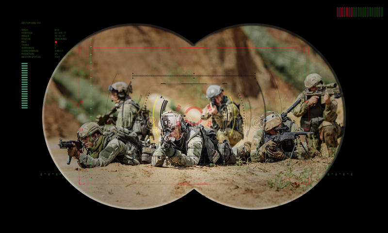 在夜间作战人质抢救期间的别动队员队 通过看法 图库摄影