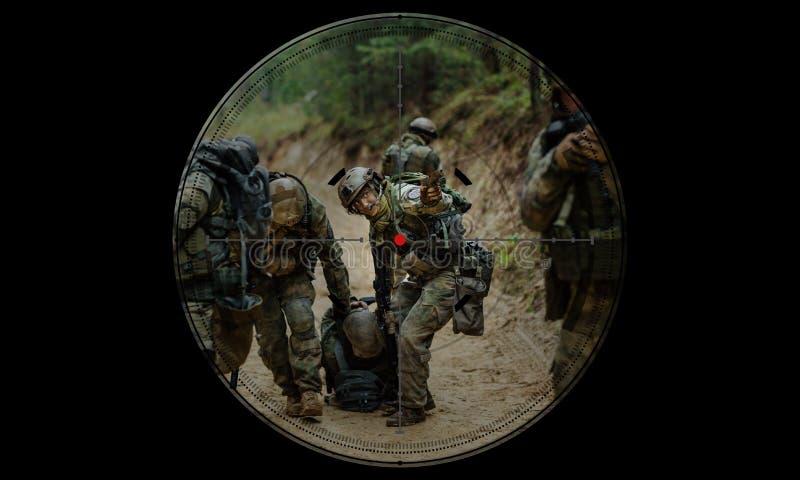 在夜间作战人质抢救期间的狙击手 看法通过ni 免版税库存图片