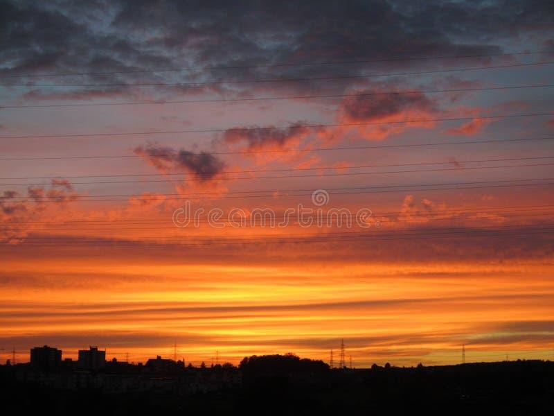 在夜水手欢欣的桃红色天空 库存图片
