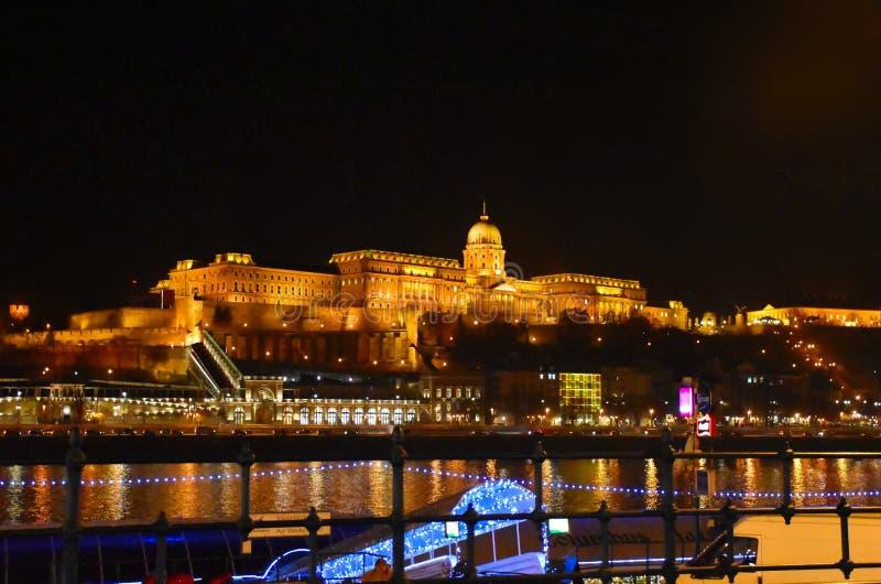 在夜间的皇家城堡 免版税库存照片