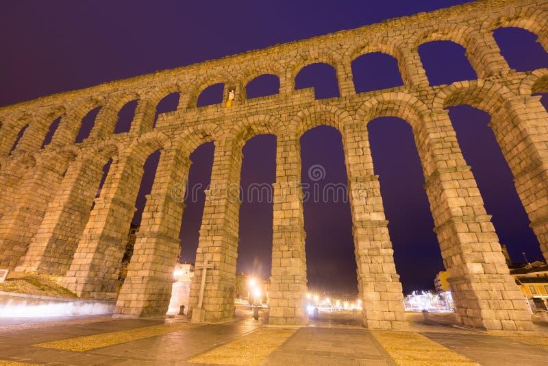 在夜间的罗马渡槽 Segovia,西班牙 库存图片