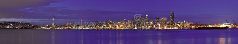 在夜间的西雅图街市全景城市地平线 库存图片