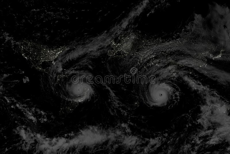 在夜sity光的飓风 免版税库存照片