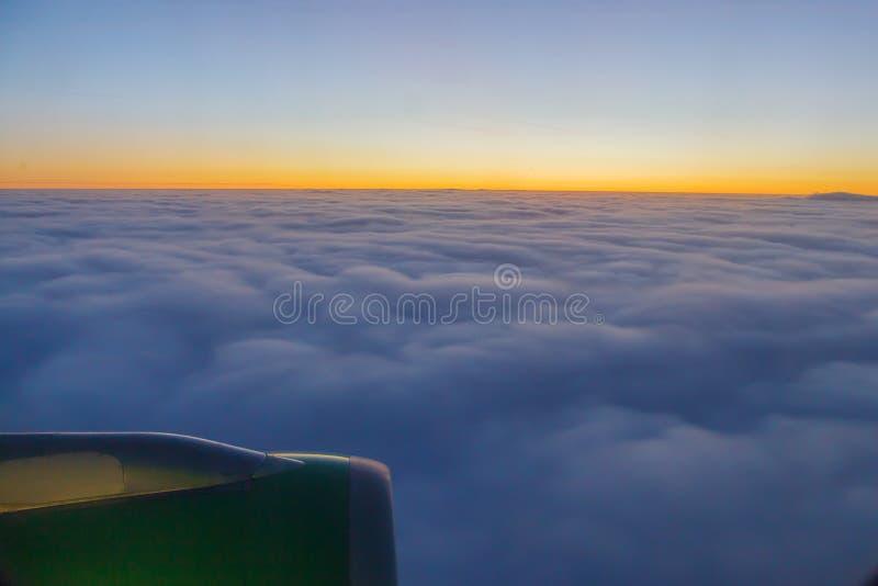 在大云彩的美好的日落 免版税库存图片