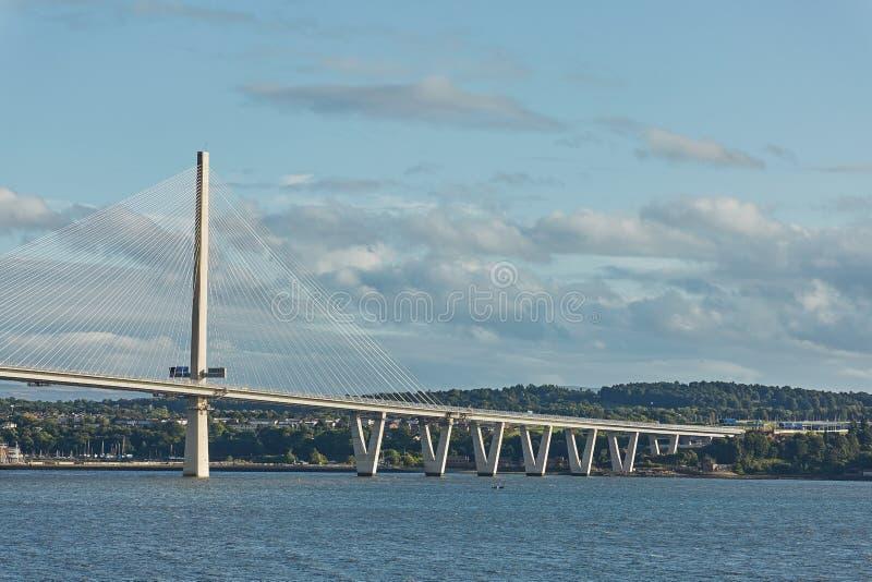 在大众湾的新的Queensferry过桥在爱丁堡苏格兰 图库摄影