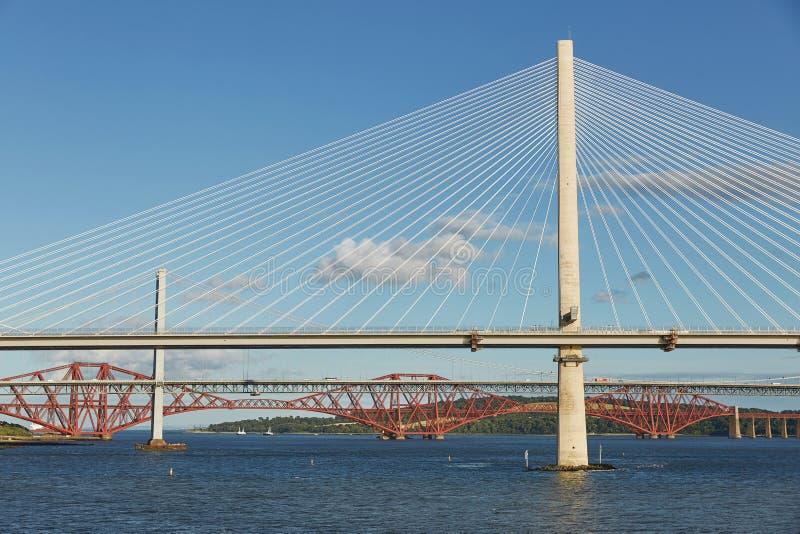 在大众湾的新的Queensferry过桥有更旧的路桥梁和偶象路轨桥梁的 免版税库存照片