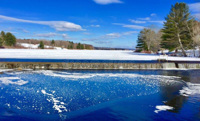 在大印度池塘的雪有小水坝和冰的在水中 免版税库存图片