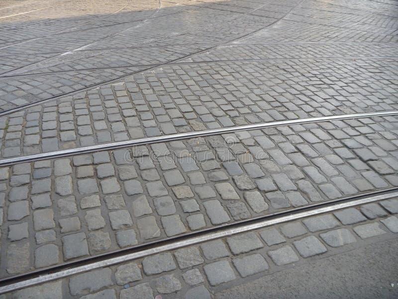 在大卵石的电车线横穿向路扔石头 库存图片